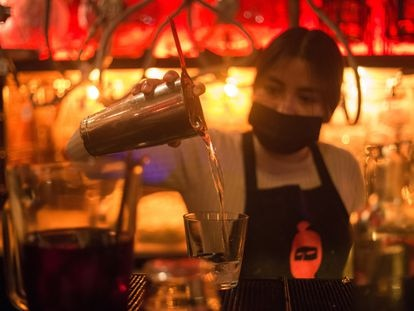 Una mesera sirve un trago en la barra de una cantina de Ciudad de México el pasado viernes.