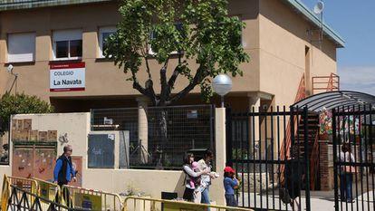 Entrada del colegio público La Navata en Galapagar, esta mañana.