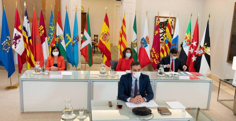 El presidente de Gobierno, Pedro Sánchez, preside en Moncloa la conferencia de presidentes autonómicos, con la ministra de Hacienda, María Jesús Montero, sentada detrás, y la ministra de Política Territorial, Carolina Darias, y el ministro de Sanidad, Salvador Illa, a los lados.