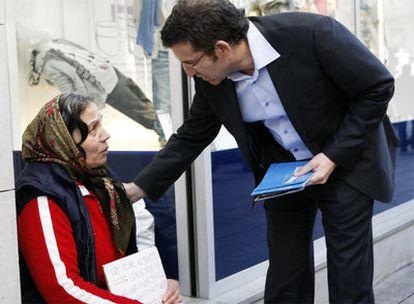 Feijóo se dirige a una indigente en Vigo.