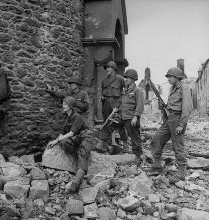 Lee Miller junto a un destacamento de soldados estadounidenses.