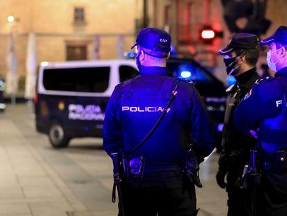 Tres policías nacionales trabajan en Salamanca, la noche en la que la ciudad ha vivido su primer toque de queda, el 24 de octubre.