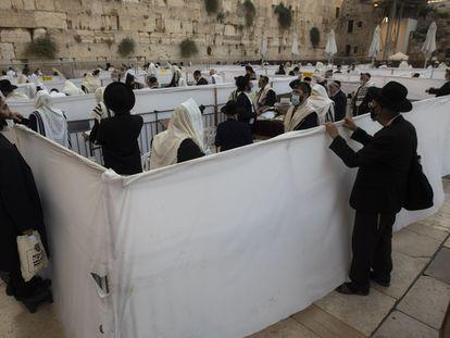 Rezo con separación por la pandemia, el miércoles en el Muro de las Lamentaciones de Jerusalén.