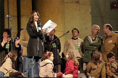 Representantes de las organizaciones convocantes escuchan el manifiesto leído por la ex Miss Mundo y presentadora de Popular TV Marisela Álvarez.