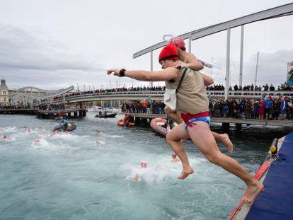 Un participante de la travesía del Puerto se tira al agua disfrazado.