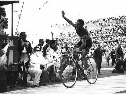 Angelino Soler, en su victoria en el velódromo de Mestalla, en la Vuelta de 1961. / MARCA