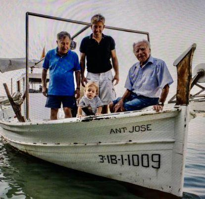 La familia de pescadores Quintals en su 'llaüt'.