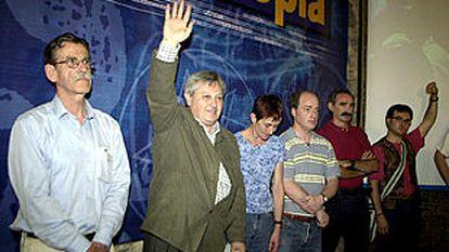 Julen Madariaga, a la izquierda, y Patxi Zabaleta, al lado, junto al resto de la ejecutiva de Aralar, durante la clausura del congreso constituyente de la formacion, en junio de 2002.