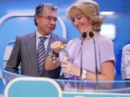 Esperanza Aguirre y Francisco Granados, durante una rueda de prensa tras la reunión del Comité de Dirección del PP de Madrid en 2011.