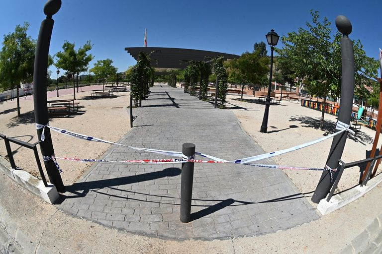 Vista de un parque clausurado por el Ayuntamiento en la localidad madrileña de Tiemes.