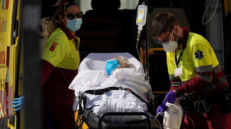 Los sanitarios trasladan a un paciente al hospital 12 de Octubre el pasado 22 de agosto.