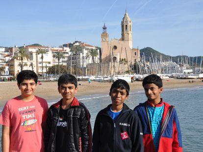 De izquierda a derecha, Mullick, Gupesh, Praggnanandhaa y Nihal Sarin, los mejores del mundo de 11, 12, 13 y 14 años, respectivamente, el pasado sábado en la playa de Sitges (Barcelona)