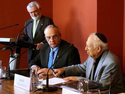 El director de la RAE, Darío Villanueva (de pie), Shmuel Refael Vivante y Jacob Bentolila, en la constitución de la academia del ladino.