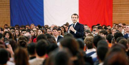 Emmanuel Macron, participa en un encuentro con jóvenes como parte de su programa para salir de la crisis.