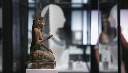 Estatua de madera la diosa Nefts, procedente de la colección de Magic Tom, en la muestra.