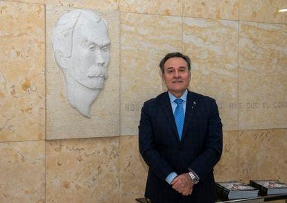 Gustavo Machín Gómez, embajador de Cuba en España, ante la inscripción de José Martí en la sede de la legación.