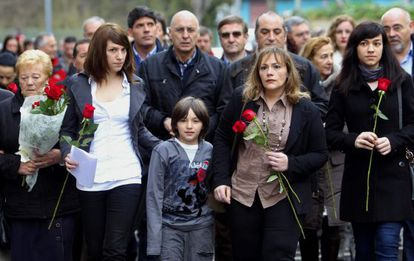 La viuda y los tres hijos de Isaías Carrasco durante el homenaje celebrado hoy en Mondragaón.