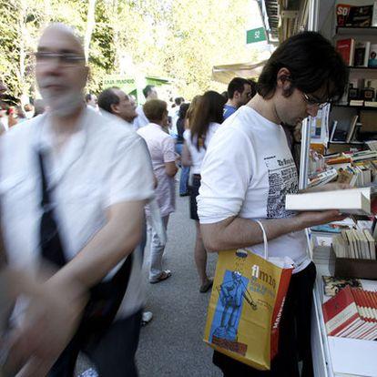 Visitantes en la Feria del Libro de Madrid.