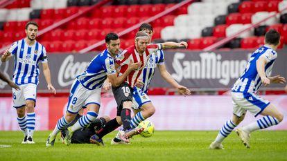 Muniain protege el balón ante Merino durante el último Athletic-Real en San Mamés. / ATHLETIC CLUB