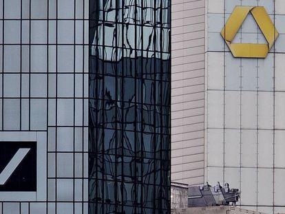 Las sedes centrales de Deutsche Bank (izquierda) y Commerzbank (derecha), en Fráncfort, Alemania.