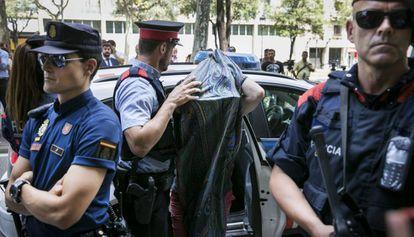 12/07/2016 - Barcelona - El dueño del restaurante Yubari, el armenio Arman Mayilyan, llega al local tras ser detenido.