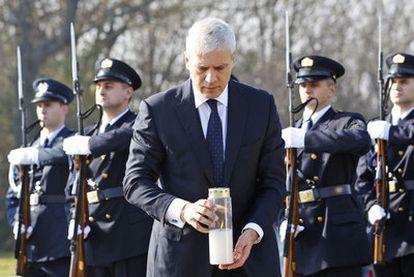 Tadic, durante el homenaje a los 200 croatas asesinados por las tropas serbias en Vukovar, en Ovcara.
