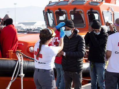 Llegada de personas rescatadas en una patera al puerto de Motril, en Granada, el pasado jueves.