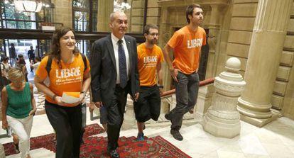El diputado general de Gipuzkoa, Martin Garitano, la semana pasada junto a una delegación de los 28 jóvenes acusados de pertenecer al Segi.