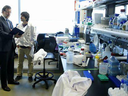 Mariano Rajoy habla con un científico durante una visita al Centro Nacional de Investigaciones Cardiovasculares.