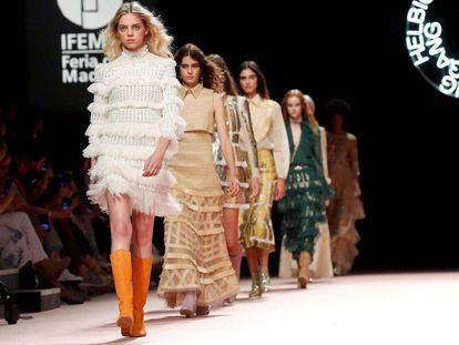 El desfile de Teresa Helbig, en la Mercedes-Benz Fashion Week Madrid, este martes.
