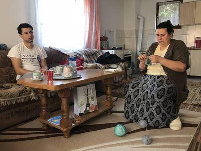 Sead Halilovic y su madre, en el salón de su casa de Srebrenica, este miércoles antes de que Mladic fuera condenado a cadena perpetua.
