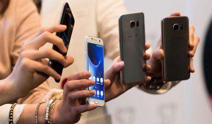 Un grupo de usuarios muestran el Samsung Galaxy S7.