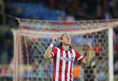 Filipe Luis celebra un gol con el Atlético.