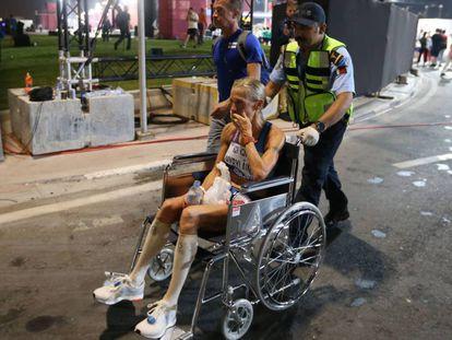 La finlandesa Anne-Mari Hyrylainen, en silla de ruedas tras concluir el maratón de Doha.
