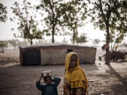 Una mujer y un niño de un tribu nómada del Sahel en las afueras de N'djamena, en Chad, el 10 de abril de 2021.