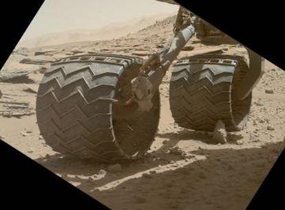 La rueda trasera derecha de Cusiosity apoyada en una roca puntiaguda en el sol 631.