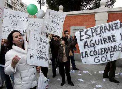 Vecinos del barrio de Chamberí protestan durante la presentación del centro de ocio en el parque de Santander.