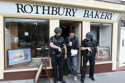 Dos policías escoltan un establecimiento de Rothbury.