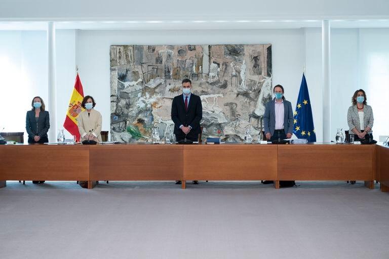 De izquierda a derecha, las vicepresidentas Nadia Calviño y Carmen Calvo, el presidente del Gobierno, Pedro Sánchez, y los vicepresidentes Pablo Iglesias y Teresa Ribera, en el Consejo de Ministros.