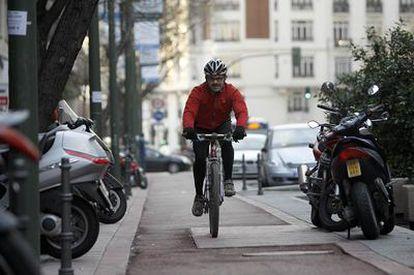 Un ciclista circula por un carril reservado para las bicicletas en la capital.