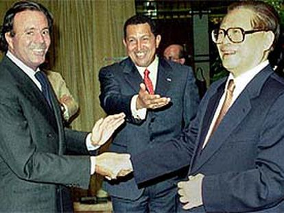 El cantante español Julio Iglesias, el presidente de Venezuela Hugo Chávez y el presidente chino Jiang Zemin coincidieron el pasado martes en Caracas.