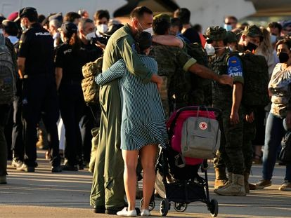 Militares españoles se reunían, este viernes, con sus familias tras aterrizar en Torrejón el último vuelo de la evacuación de Afganistán.