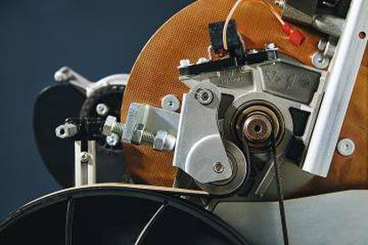 Arriba, pieza sin montar de una cinta de correr de Technogym. Abajo, detalle del interior de una bicicleta estática.