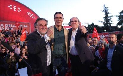 Pepu Hernández, Pedro Sánchez y Ángel Gabilondo (de izquierda a derecha), en el cierre de la campaña del PSOE para las elecciones autonómicas y municipales en Madrid en 2019.
