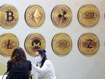 Símbolos de varias criptomonedas durante la Exposición Internacional Financiera de Taipei, en noviembre del año pasado.