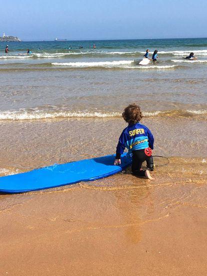 El Pequesurf, campamento organizado por el Ayuntamiento para el primer contacto de los más pequeños con las olas.