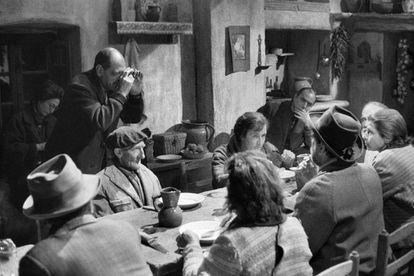 Luis Buñuel (de pie) ajusta una toma con las manos en el rodaje de una secuencia de 'Viridiana'.