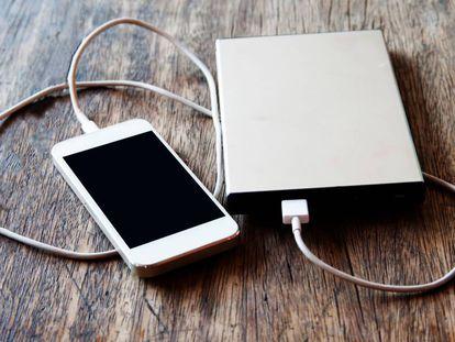 Un 'smartphone' recibe carga de una batería externa portátil.