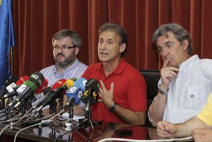 Pedro Escobar, rodeado por Víctor Casco y Alejandro Nogales.