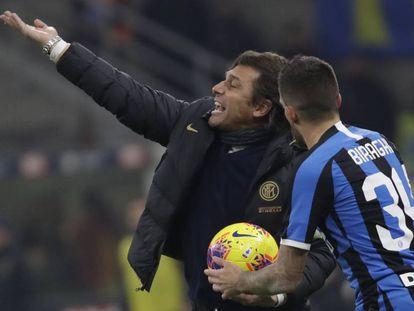 Conte da instrucciones a Biraghi en el Inter-Roma.